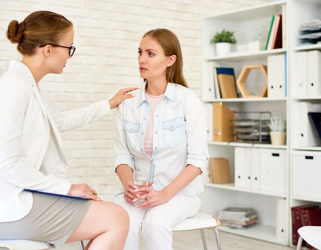 Doctora hablando con paciente mujer sobre misoprostol genérico